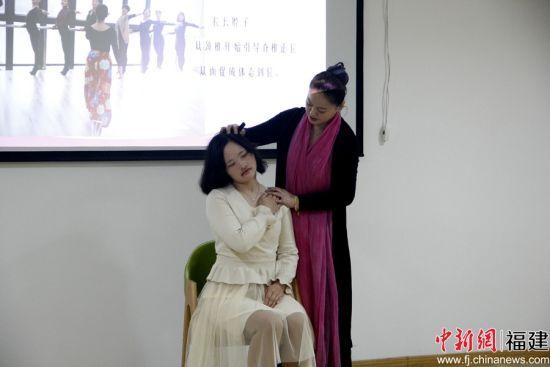 主讲人李青展示女性形体礼仪。