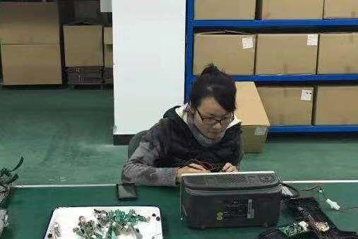1.李斌凤在车间调试设备。受访者供图