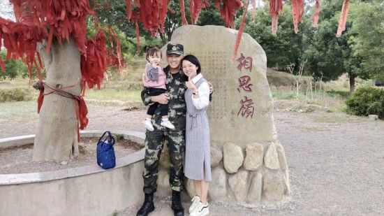 2.李斌凤与丈夫孩子合影。受访者供图