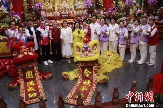 第十二届闽台陈靖姑民俗文化旅游节参访团在台湾宜兰炉源寺参访,收到热烈欢迎。 王文浩 摄