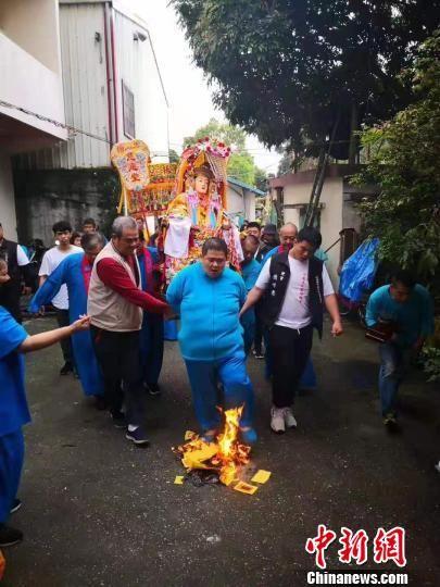 台湾民众参与顺天圣母巡安绕境活动。 王文浩 摄