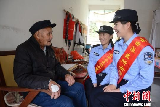 古田派出所女警巡逻服务队为群众提供预约服务,提供困难群众上门办证、送证等便民举措。供图