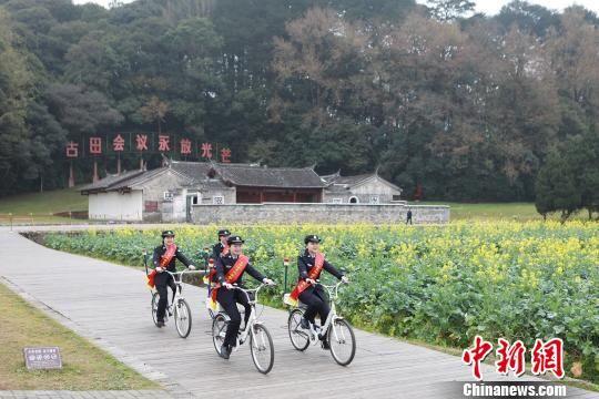 古田派出所女警巡逻服务队在古田会议会址巡逻。 供图