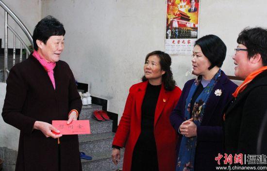 图为福建省妇联党组书记、主席徐姗娜慰问贫困户。 林榕生 摄