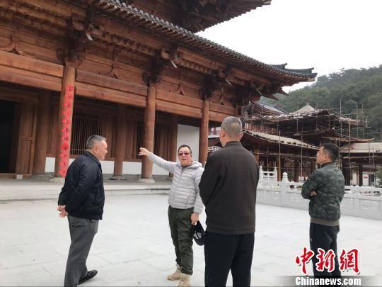 福清黄檗文化促进会一行11日参访正在重建中的福清黄檗山万福寺。 郑松波 摄