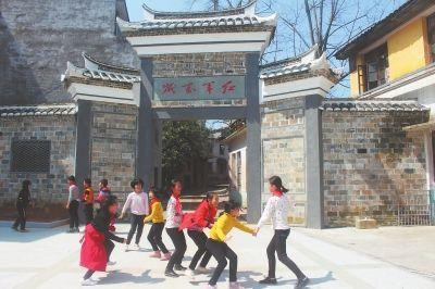 宁化县淮土镇凤山村红军街前,孩子们在玩耍。 本报记者 方炜杭 通讯员 刘才恒 摄