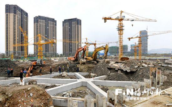 三江口片区塔吊林立,建设者日夜奋战。记者 黄立新 摄