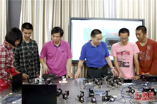 福州一中师生在量子实验室开展研讨活动。 福建日报记者 周明太 摄