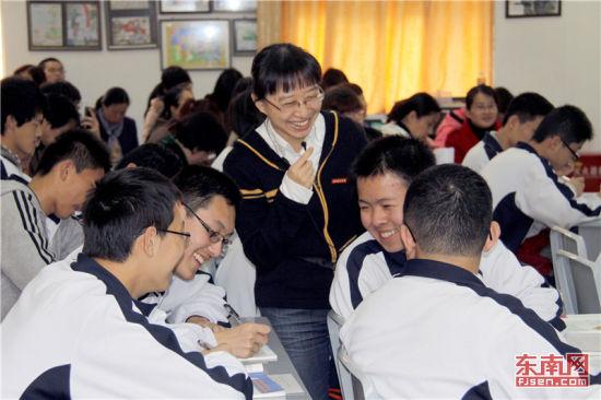"""福州三中在课堂教学改革中推行""""创设情境,激发情感""""教育,把直观教学活化为现实生活,,增进学生的主动参与感。福建日报记者 周明太 摄"""
