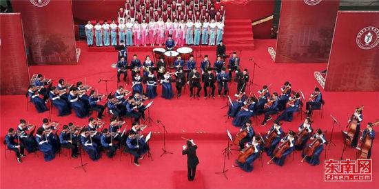 福建师大附中管弦乐队在迎新文化汇演上演奏。福建日报记者 周明太 摄