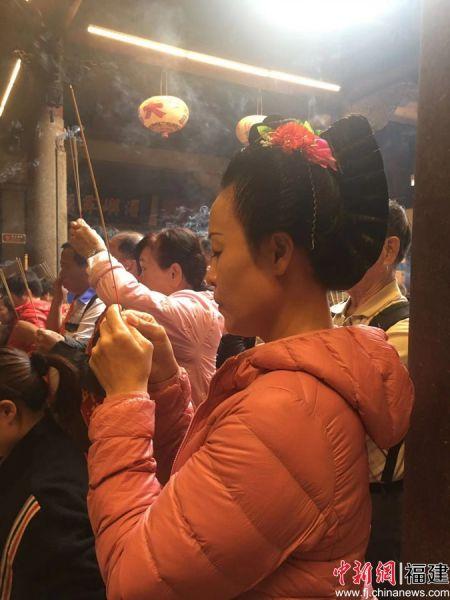梳着妈祖头的东港紫天宫妈祖信众。