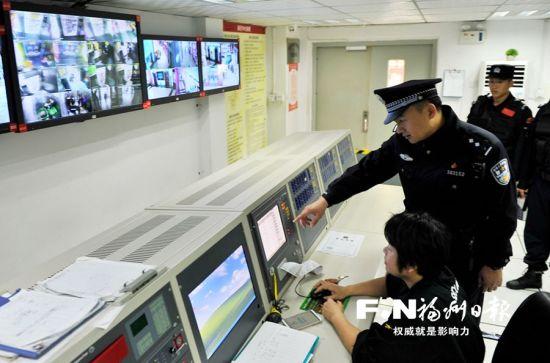 万宝商圈联防联控中心民警在宝龙消控中心巡查。