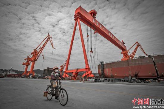马尾船厂一油漆工人下班回家。吴寿华摄