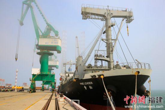 图为外籍货轮停靠厦门市刘五店南部港区海翔码头