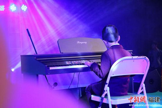 """义演现场,""""长亭外,古道边,芳草碧连天……""""当孩子用电子琴奏响旋律,一首歌的意境就浮现在现场每个观众的眼前。主办方 供图"""