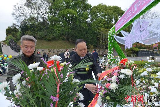 图为郭建国和林军向生态葬纪念碑敬献花篮。主办方 供图