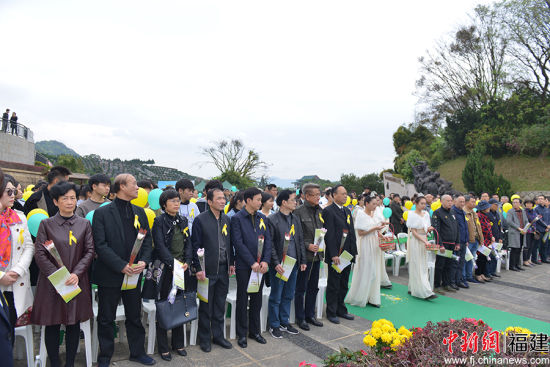 图为公祭仪式开始,全体人员献花。主办方 供图
