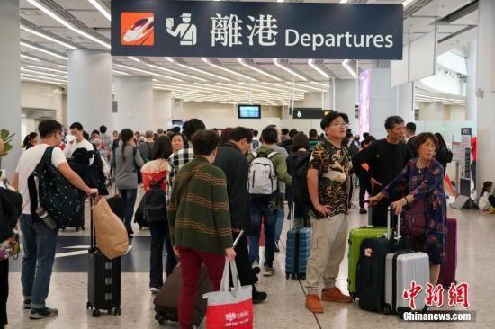 资料图:众多旅客经高铁离开香港西九龙站。中新社记者 张炜 摄