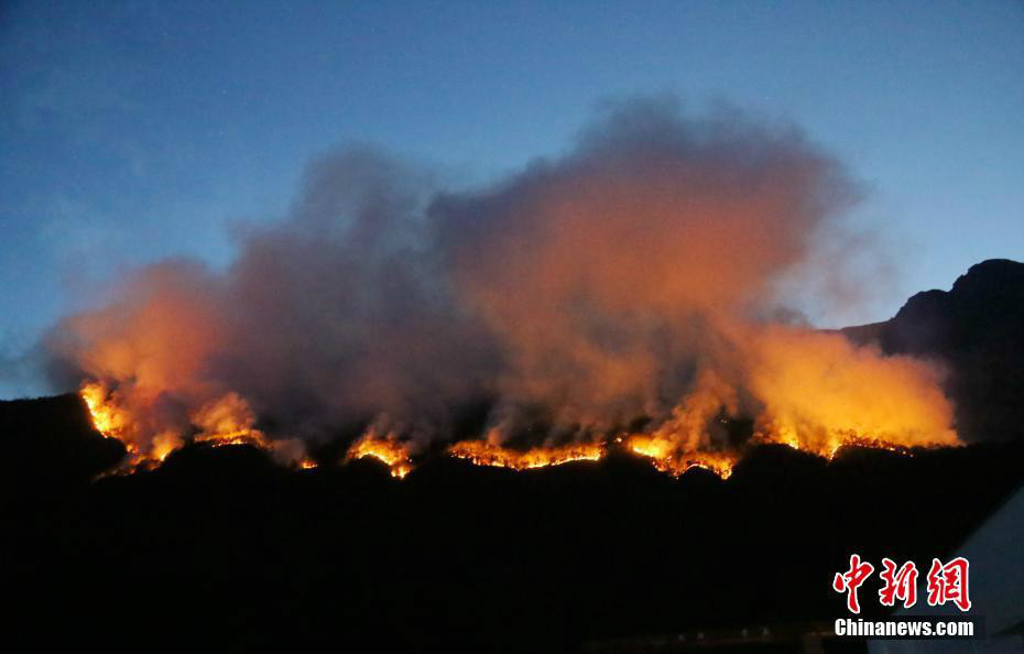 四川冕宁县境内森林火灾扑救工作正在紧张进行