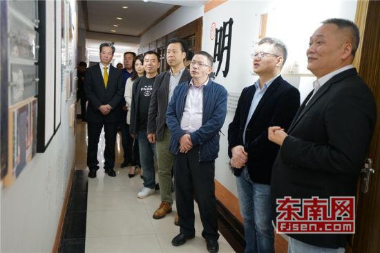 詹孔朝总领事一行听取林文清会长关于黄檗文化介绍。陈芝宽摄