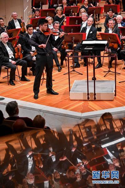 """4月13日,朱熙萌在德国柏林交响乐团""""明日之星""""演奏会上演奏。 新华社记者 连振 摄"""