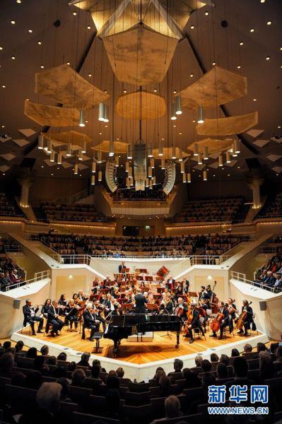 """4月13日,尼娜·布赫霍尔策在德国柏林交响乐团""""明日之星""""演奏会上演奏。 新华社记者 连振 摄"""