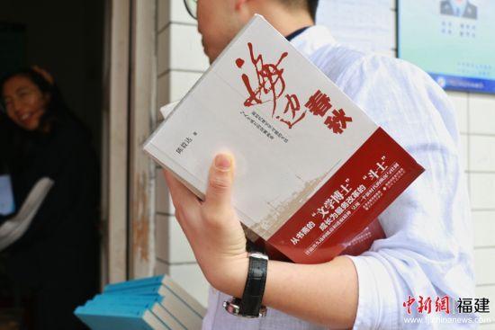 志願者向學校捐贈了包括《詩刊》)、《海邊春秋》、《夢遊的騎手》以及《榕樹》等在内的300冊圖書。 林堅 攝