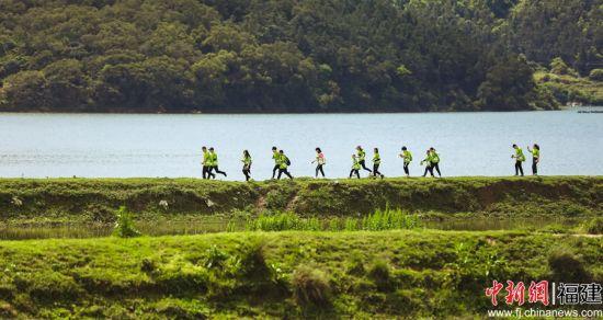 参赛选手沿着南岭镇的古道、田间小径、大草原、水库坝区、古厝村落奔跑。主办方 供图