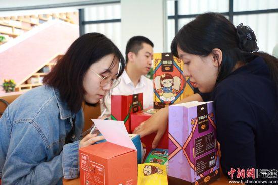 福州大学厦门工艺美术学院的学生们正和老师、晋江的企业家探讨如何将出自他们之手的学院毕业设计变成真正的商品。林坚 摄