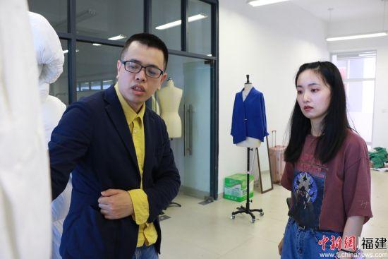 在科教园内,晋江企业家正在指导学生以企业的角度去重新审视自己的产品。林坚 摄