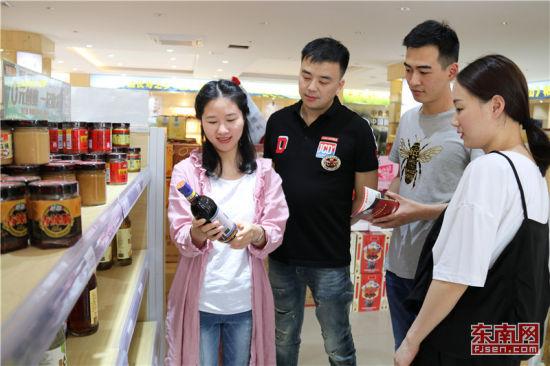外地客商在柘荣线下农特产品O2O体验馆里选购。 游松柏 摄