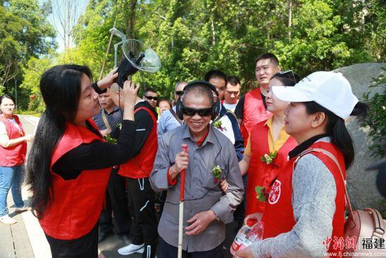 五一小长假,福州郊野公园迎来了一群盲人朋友,他们戴着墨镜,手持奇怪的仪器,由青年志愿者陪同,听着鸟鸣,闻着花香,漫步在森林步道之间。