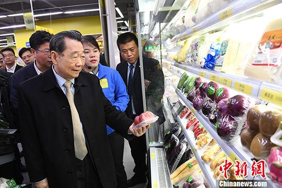 图为4月13日,谢国民走访兰州蔬菜水果超市。杨艳敏 摄