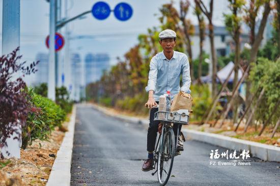 刘运平要骑行20多公里到烟台山摆摊。