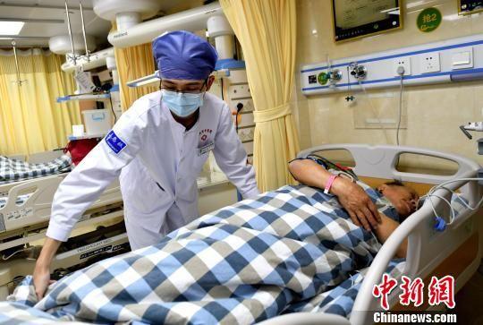 急诊科的男护士正在工作。吕明 摄