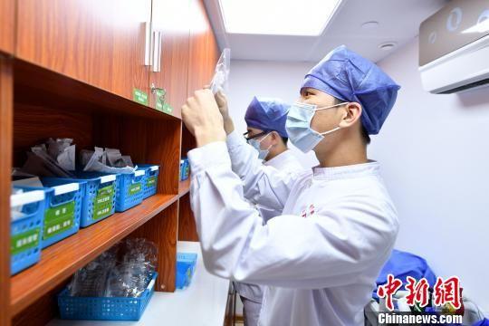 急诊科的男护士们正在工作。吕明 摄