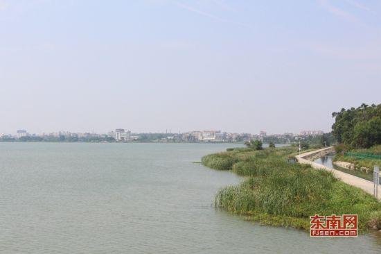 工程取水于晋江龙湖。 东南网记者 傅心玫摄