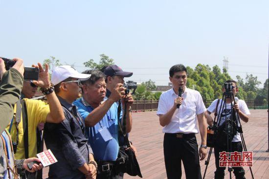 福建晋金供水有限公司总经理洪佳兴向采访团成员介绍工程情况。 东南网记者 傅心玫 摄