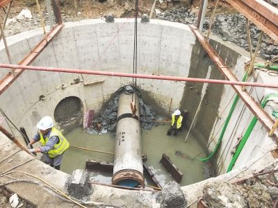 4月以来,荔城区新度镇莆秀路开始实施农村污水整治PPP工程。图为排污顶管铺设作业现场。 本报记者 林爱玲 摄