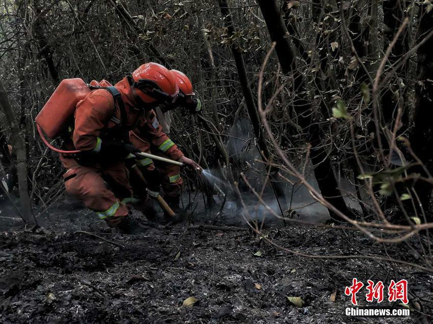 云南安宁山火火场西线整体控制 南线仍有火点火