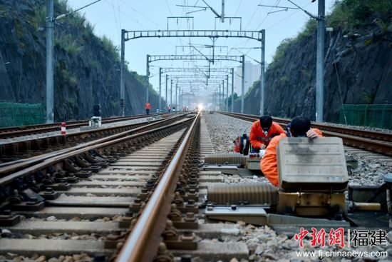 衢宁铁路宁德站综合管线过轨施工作业?#34892;?#25512;进
