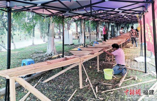 2这艘传统手工木质龙舟由资深龙舟手工匠人历时18天制作而成。福州大学 供图