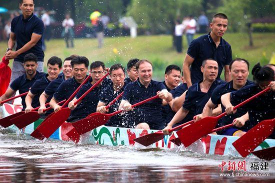 由教职员工、台港澳学生、少数民族学生、外籍教授、留学生组成的师生划手队体验了龙舟首航。福州大学 供图