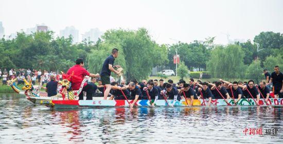 4福州大学龙舟队与高新区建平龙舟队进行龙舟邀请赛。福州大学 供图