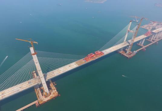 世界最大跨度跨海峡公铁两用斜拉航道桥合龙