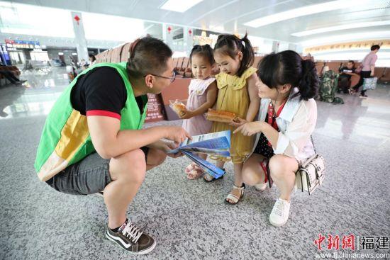 南昌铁路局龙岩车务段志愿者正在给候车的旅客小朋友普及垃圾分类知识。南昌铁路局 供图