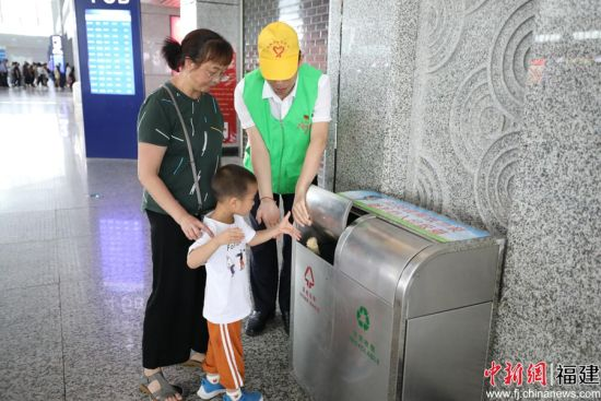 在售票厅、电梯口,随处可见身穿绿色马甲的志愿者在向市民发放各类环保宣传资料,向旅客讲解垃圾的危害与分类知识。南昌铁路局 供图