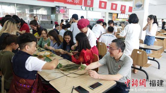 师生们一同包粽子,叠粽叶、填糯米、放蜜枣、系绳子,共同体验端午习俗的内涵和乐趣。邓翼强 摄