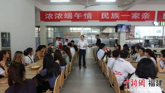 """6月5日下午,三明学院在该学校中快餐厅三楼举办""""浓浓端午情,民族一家亲""""活动。邓翼强 摄"""