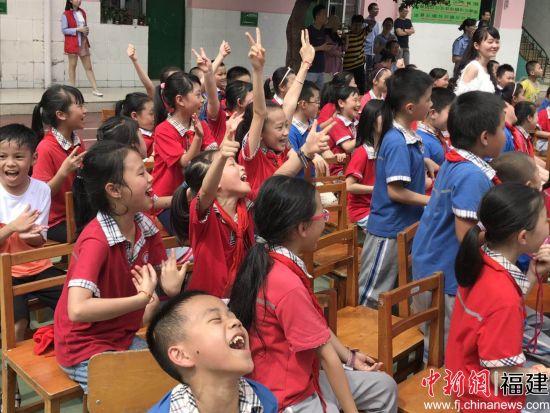 图为抢答成功,同学们兴高采烈。